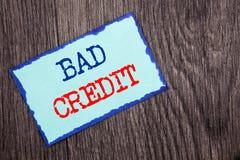 显示坏信用的文字文本 陈列贷款财务的企业照片恶劣的银行规定值比分写在蓝色稠粘的笔记Pa 免版税库存照片
