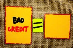 显示坏信用的文本 陈列贷款财务的企业照片恶劣的银行规定值比分写在稠粘的便条纸等式F 免版税库存照片