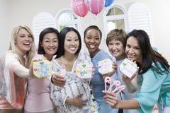 显示块的妇女在婴儿送礼会 免版税库存照片