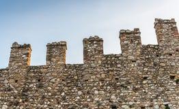显示城垛的中世纪城堡外部 背景查出的白色 库存图片