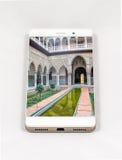 显示塞维利亚,温泉的整个银幕的图片现代智能手机 免版税库存图片