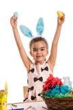 显示复活节彩蛋的愉快的女孩 免版税图库摄影