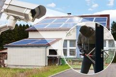 显示夜贼的CCTV照相机设法打开门 免版税图库摄影