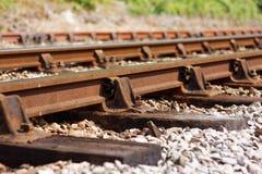 显示失修的迹象变老的铁路线 免版税库存图片