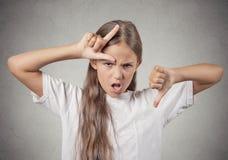 显示失败者标志的少年女孩给拇指下来 免版税库存图片