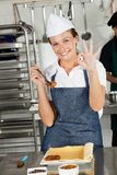显示女性的厨师好签到厨房 免版税库存图片
