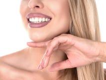 显示她完善的牙的年轻逗人喜爱的微笑的女孩,隔绝在白色拷贝空间 完善微笑 3d概念现有量人口腔医学牙 库存图片