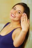 显示她的定婚戒指的美丽的女孩 免版税库存图片