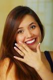 显示她的定婚戒指的美丽的女孩 库存图片