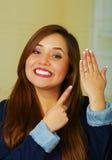 显示她的定婚戒指的美丽的女孩 免版税库存照片