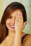 显示她的定婚戒指的美丽的女孩 库存照片