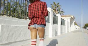 显示她的屁股的吝啬的短裤的性感的妇女 免版税库存图片