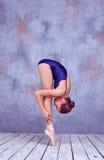 显示她的技术的年轻芭蕾舞女演员舞蹈家 库存图片