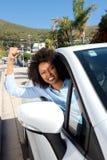 显示她的拳头的恼怒的母汽车司机,当驾驶时 库存照片