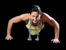 显示她的肌肉的肌肉爱好健美者妇女 免版税库存照片