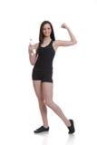 显示她的肌肉的逗人喜爱的妇女培训人 免版税库存照片