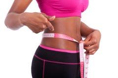 显示她的腹部的非裔美国人的健身妇女 图库摄影