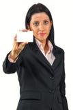 显示她的businesscard的女商人 免版税库存照片