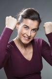 显示她能量的可爱的运动的30s妇女 免版税库存图片