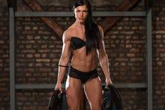 显示她训练有素的身体的内衣的妇女 免版税库存图片