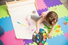 显示她绘画技能的甜女孩 图库摄影