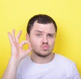 显示好姿态用手的滑稽的人画象反对叫喊 免版税库存照片