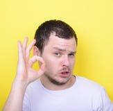 显示好姿态用手的滑稽的人画象反对叫喊 免版税库存图片