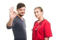 显示好姿态的女性医生和男性患者 库存照片