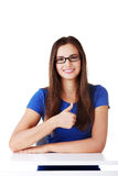 显示好姿态的年轻学生妇女。 免版税库存照片
