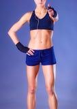 显示好标志的一名愉快的健身妇女的画象 免版税图库摄影