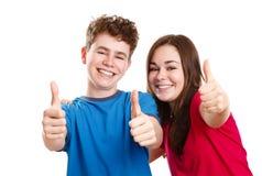 显示好标志的女孩和男孩 免版税库存图片