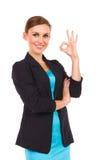 显示好标志的微笑的女实业家。 免版税库存照片