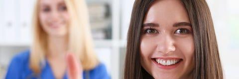 显示好标志的微笑的女性医生 库存照片