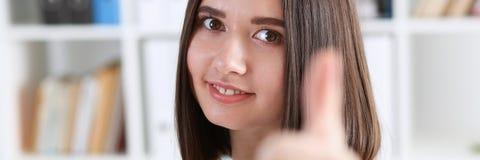 显示好标志的微笑的女性医生 库存图片