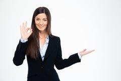 显示好标志的愉快的女实业家 免版税库存照片