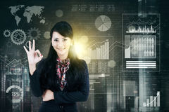 显示好标志的成功的女实业家 免版税库存图片