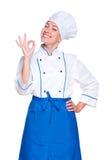显示好的符号的兴高采烈的年轻人厨师 免版税库存图片