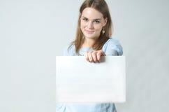 显示妇女年轻人的白纸部分 库存图片