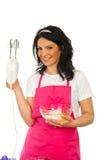 显示妇女的主厨愉快的搅拌机 库存照片
