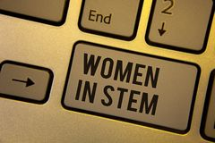 显示妇女的文字笔记在词根 陈列科学技术工程学数学科学家研究的企业照片 免版税库存图片