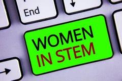 显示妇女的文字笔记在词根 陈列科学技术工程学数学科学家研究的企业照片 免版税库存照片