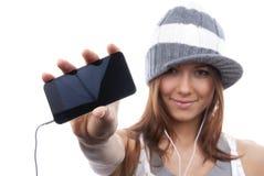 显示妇女的电池显示移动新的电话 免版税图库摄影