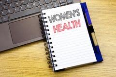 显示妇女s健康的文字文本 在木背景的笔记本书写的女性庆祝的企业概念  库存照片