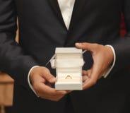 显示婚戒的新郎提出提案 免版税库存图片