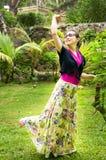 显示孔雀舞蹈的可爱的妇女 库存图片