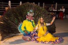 显示孔雀舞蹈的可爱的妇女 库存照片