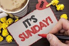显示它的星期天电话的文字笔记 企业照片陈列放松享用假日周末假期休息日自由松弛wri 免版税库存图片
