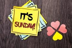 显示它的星期天电话的文本标志 概念性照片放松享受在堆写的假日周末假期休息日自由放松 图库摄影