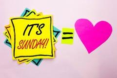 显示它的星期天电话的文本标志 概念性照片放松享受在Yello写的假日周末假期休息日自由放松 库存照片