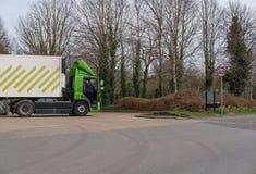 显示它的送货卡车之一的知名,英国超市连锁在超级市场carpark的后面 图库摄影
